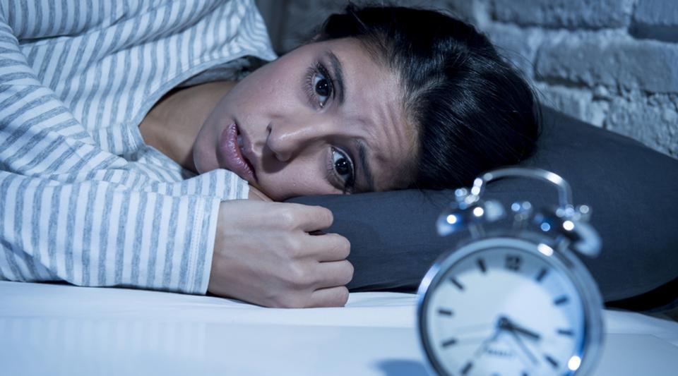 Как с помощью косметики скрыть последствия бессонной ночи на лице?